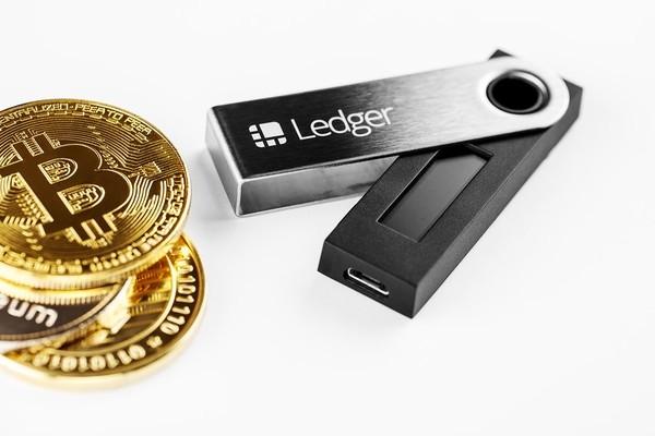 www.copytradingitalia.com - Hardware wallet: che cos'è, a cosa serve, come funziona - Ledger Nano bitcoin